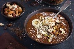 Choklad- och banansmoothie som överträffas med muttrar och frö Arkivbilder