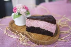 Choklad- och Berry Mousse kaka arkivbild