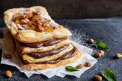 Choklad och caramelized mandel Mille-feuille Royaltyfria Bilder