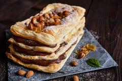 Choklad och caramelized mandel Mille-feuille Royaltyfri Foto