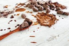 Choklad och chokladpulver arkivbild