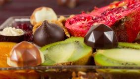 Choklad och frukter Arkivbilder