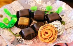 Choklad och godis på plattan Arkivfoto