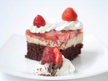 Choklad- och jordgubbekaka arkivfoton