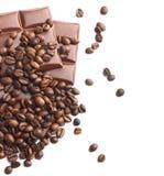 Choklad- och kaffebönor på white fotografering för bildbyråer