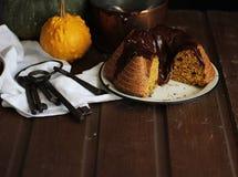 Choklad- och pumpakaka Arkivfoto