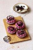Choklad och svart vinbär Mini Tarts Royaltyfri Fotografi