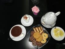 Choklad och tea arkivfoton