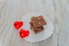 Choklad och två röda hjärtor Royaltyfri Foto