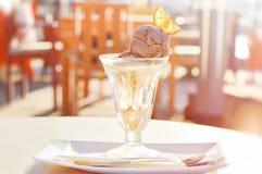 Choklad- och vaniljglass med en skiva av orange frukt Royaltyfri Bild
