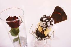 Choklad- och vaniljglassglasscoupe med garnering på vit bakgrund Royaltyfri Fotografi