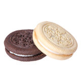 Choklad- och vaniljkakor med krämarkiveringen som isoleras på vit bakgrund. royaltyfri bild