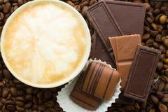 Choklad på cofeebakgrund Arkivbild