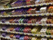 choklad på hyllorna i supermarket Arkivbild