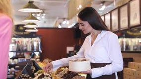 Choklad shoppar Sötsaker för kvinnaköpandechoklad i lager stock video
