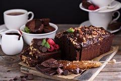 Choklad släntrar kakan med muttrar Arkivbilder
