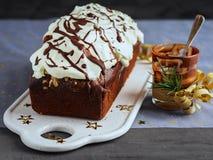 Choklad släntrar kakan som dekoreras med piskad kräm- glasyr på kaka och smältande choklad Berömbegrepp för jul och för nytt år arkivbilder