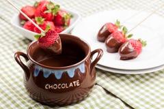 choklad smältta jordgubbar Arkivbild