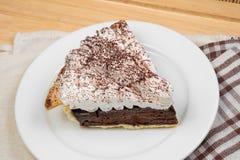 Choklad som är syrlig med kräm- och kakaopulver på överkanten arkivfoton