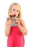 choklad som little äter den lyckliga flickan Arkivbilder