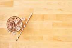 Choklad, vanilj, karamell eller kanelbrunt med is kaffe i högväxt exponeringsglas royaltyfri foto