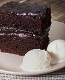 Chokladbakelse med chokladpralin Arkivbild