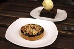 Chokladbakelseefterrätt på bakelser på trätabellen Arkivfoto