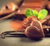 Chokladbakgrund Bränd mandelsötsaker Fotografering för Bildbyråer