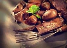 Chokladbakgrund Bränd mandelsötsaker Royaltyfria Bilder