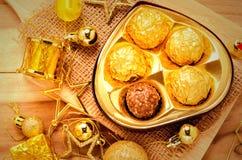 Chokladboll i guld- färgsignal Fotografering för Bildbyråer