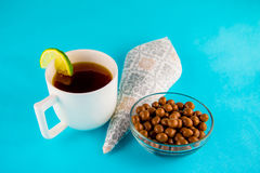 Chokladbollar och svart te Arkivbilder