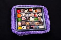 Chokladbrända mandlar i lavendelkorg Fotografering för Bildbyråer