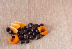 Chokladbrända mandlar med apelsinen Royaltyfri Bild