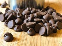 Chokladchiper på en träskärbräda Fotografering för Bildbyråer
