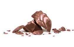 Chokladdelar på det vita bakgrundsmakroskottet Fotografering för Bildbyråer