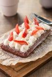 Chokladdillande med piskade kräm och jordgubbar Arkivbild