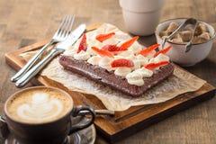 Chokladdillande med piskade kräm och jordgubbar Royaltyfri Fotografi