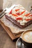 Chokladdillande med piskade kräm och jordgubbar Arkivfoton