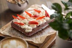 Chokladdillande med piskade kräm och jordgubbar Royaltyfri Bild