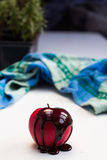 Chokladdroppe på röd äpplefrukt Arkivbild