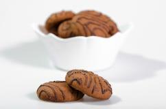 Choklade kakor i en vit vas Arkivbilder