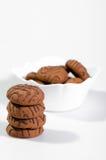 Choklade kakor i en vit vas Arkivbild
