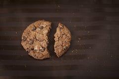 Choklade kakor på den bruna tabellvagnen Arkivfoto