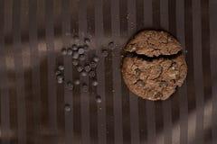 Choklade kakor på den bruna tabellvagnen Royaltyfri Bild