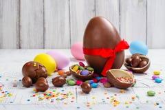 chokladeaster ägg isolerat objekt royaltyfri bild