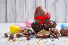 chokladeaster ägg isolerat objekt arkivbild