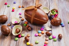 chokladeaster ägg isolerat objekt royaltyfria bilder