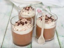 Chokladefterrätt med piskad kräm Arkivbilder