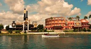 ChokladEmporium och Hard Rock Cafe på universella Orlando Resort i Florida med sjön på th arkivbilder