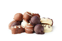 Choklader i bunke på den vita bakgrunden Royaltyfria Bilder